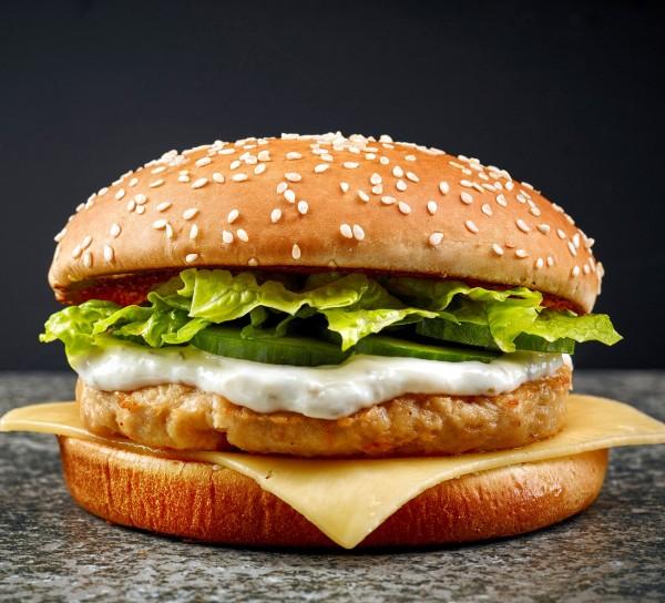 Cheese Burger mit saftigem Rindfleisch und zart schmelzendem Cheese