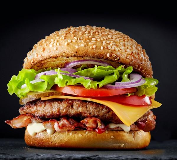 BBQ BaconBurger mit saftig gegrilltes Rindfleisch und knusprig gebratenen Bacon